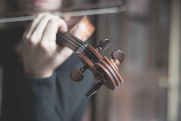 graphicstock-young-handsome-blonde-italian-violinist_rpNsM9doyZ.jpg